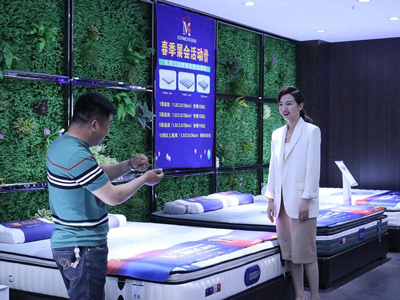 鑫孟氏床垫负责人与山东广播电视台齐鲁频道主持人王苏交谈