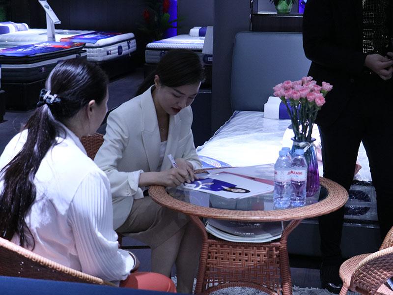 山东广播电视台齐鲁频道主持人王苏签约现场